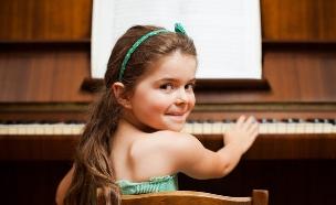 ילדה מנגנת על פסנתר (צילום: Shutterstock)