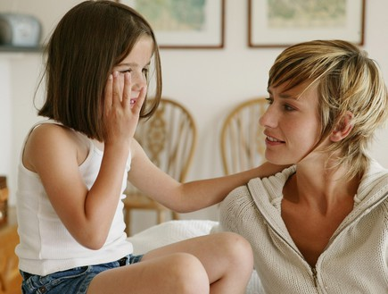 אמא וילדה מדברות