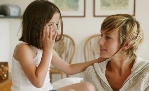 אמא וילדה מדברות (צילום: Shutterstock)