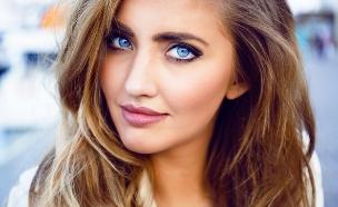 אישה כחולת עיניים (צילום: Shutterstock/ Ann Haritonenko)