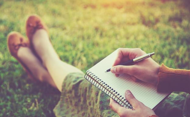 אישה כותבת (צילום: Shutterstock)