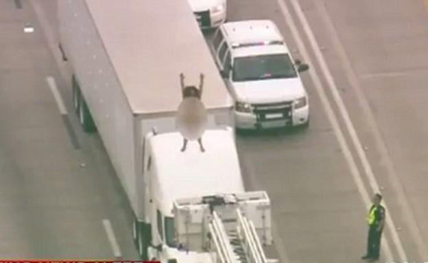 ערומה על משאית (צילום: יוטיוב)