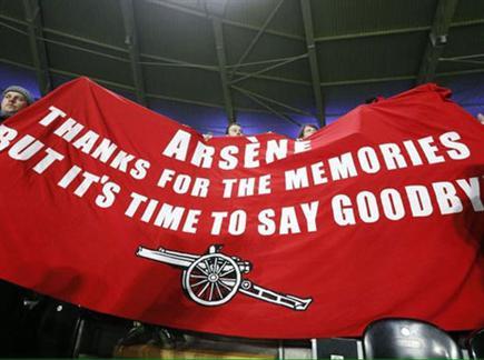 """""""ארסן, תודה על הזכרונות, אבל זה הזמן להיפרד"""". השלט נגד ונגר (צילום: ספורט 5)"""