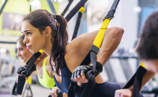 אישה עושה TRX (צילום: Undrey, Shutterstock)