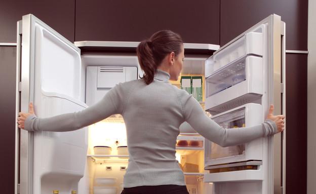 פותחת את המקרר (צילום: Shutterstock)