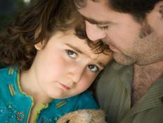 אבא מחבק ילדה עצובה בתכלת