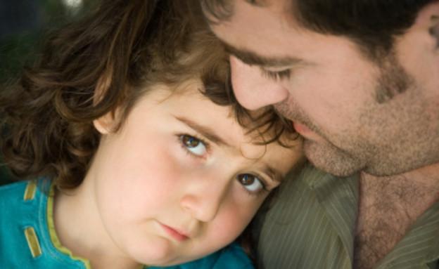 אבא מחבק ילדה עצובה בתכלת (צילום: istockphoto)