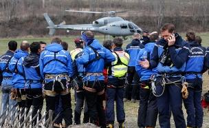 כוחות ההצלה בזירת ההתרסקות (צילום: רויטרס)