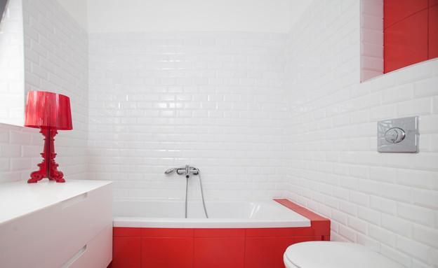 תעוזה אדומה בחדר הרחצה שבקומת הכניסה (צילום: דן בלילטי)
