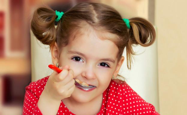 ילדה אוכלת (צילום: אימג'בנק / Thinkstock)