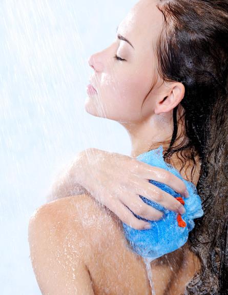 ליפה במקלחת (צילום: Valua Vitaly, Shutterstock)