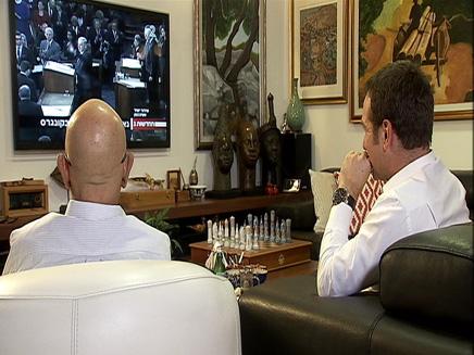 ראש המוסד לשעבר מאיר דגן צופה בנאום נתניהו בקונגרס (צילום: חדשות 2)