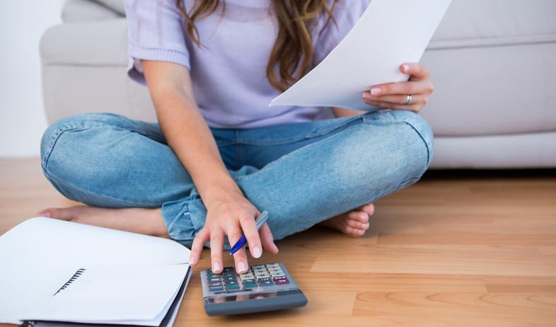 טיפים לחיסכון, אישה מחשבת (צילום: Shutterstock)