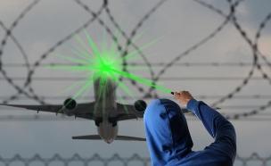 מטוס נפגע מקרן לייזר (צילום: riopatuca, Shutterstock)