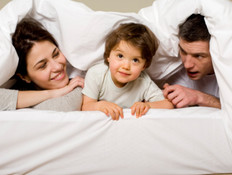 הורים וילד במיטה (צילום: אימג'בנק / Thinkstock)