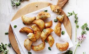 מועג'נאת עם גבינה וזעתר (צילום: דניה ויינר, על השולחן)