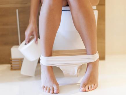 אישה בשירותים