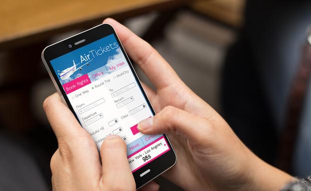 אפליקציה להזמנת כרטיסי טיסה (צילום: Georgejmclittle, Shutterstock)