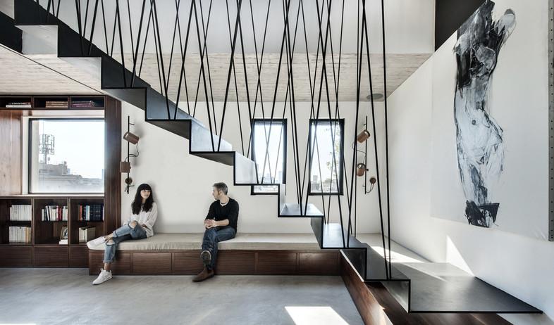 בשיפוץ, המעצבת יושבת בסלון (צילום: עודד סמדר)