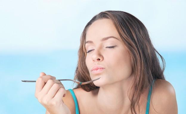 אישה אוכלת (צילום: Billion Photos, Shutterstock)