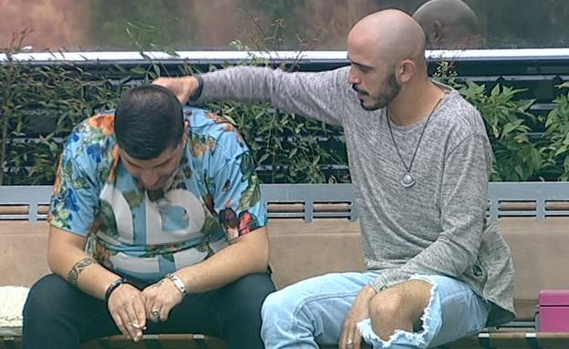 ברק מעסה את גבו של דודו (צילום: מתוך האח הגדול 7, שידורי קשת)