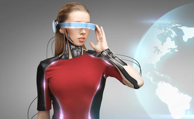 אישה עם משקפיים עתידניות (צילום: ShutterStock)