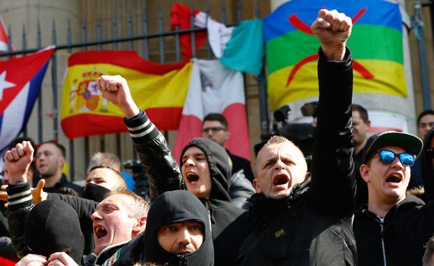 מפגינים מול הארמון בבריסל (צילום: רויטרס)