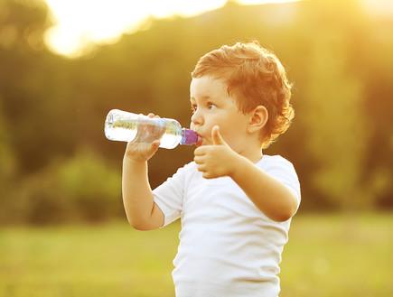 תינוק שותה מים מבקבוק
