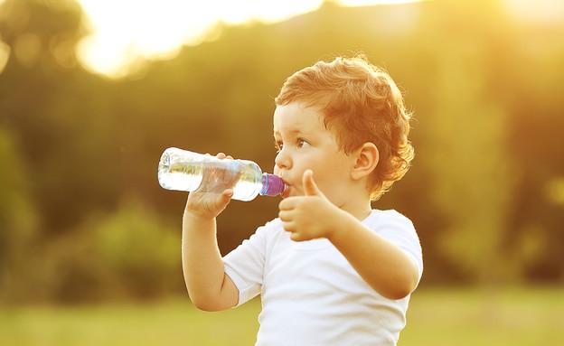 תינוק שותה מים מבקבוק (צילום: Shutterstock)
