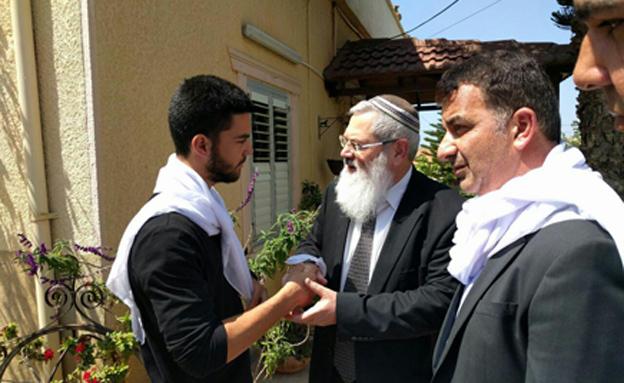 אלי בן דהן בבית משפחת עמאר (צילום: חדשות 2)