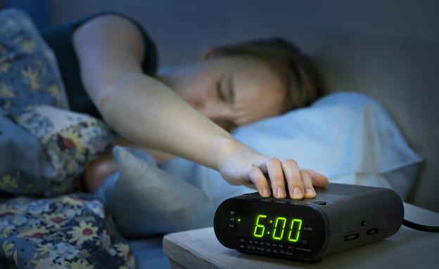 אישה מכבה שעון מעורר  (אילוסטרציה: Shutterstock)
