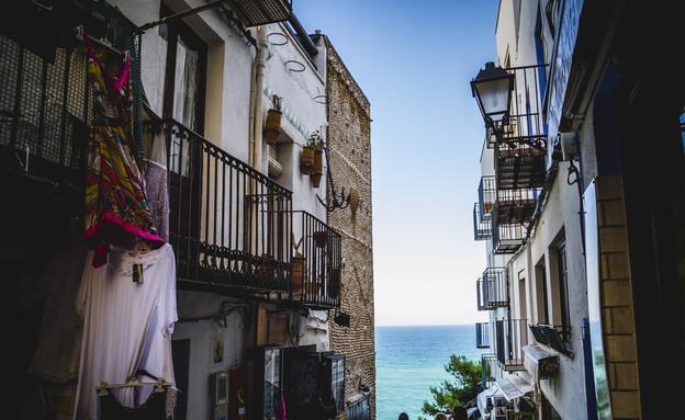 רחוב עם נוף לים, ולנסיה, ספרד (צילום: Fernando Cortes, Shutterstock)