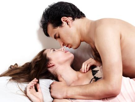 זוג צעיר מתנשק במיטה (צילום: Shutterstock, מעריב לנוער)