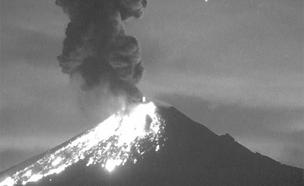 צפו: הר הגעש בהתפרצות לילית מרהיבה (צילום: רויטרס)