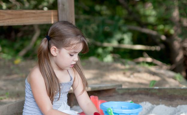 ילדה משחקת לבד, אילוסטרציה (צילום: Shutterstock)