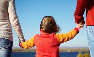 שני הורים וילד, אילוסטרציה (צילום: Shutterstock)