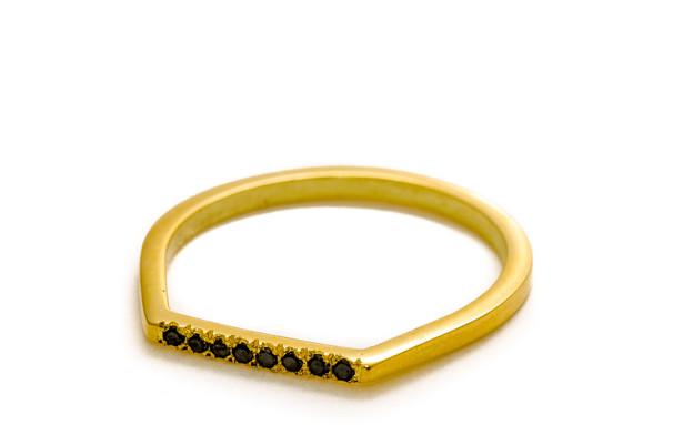 29 טבעת זהב משובצת יהלומי שחורים של גולדסמית, מחיר-2,200 שקל (צילום: רון שלף)