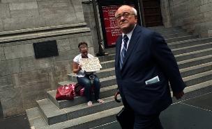 איש עסקים הולך ליד הומלס בניו יורק (צילום: Spencer Platt, GettyImages IL)