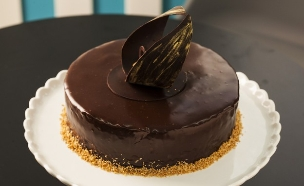 עוגת שוקולד - אגוזי לוז, קרמל ופאדג' (צילום: אפיק גבאי, בייק אוף ישראל)