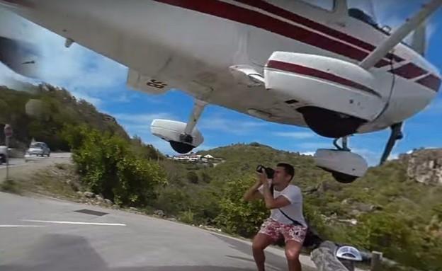 כמעט נפגע ממטוס (צילום: Youtube)