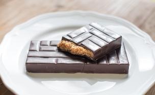 טבלת שוקולד במילוי ממרח ביסקוויט (צילום: נמרוד סונדרס, כולם אופים עכשיו)