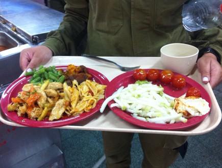 אוכל בחדר האוכל בצבא