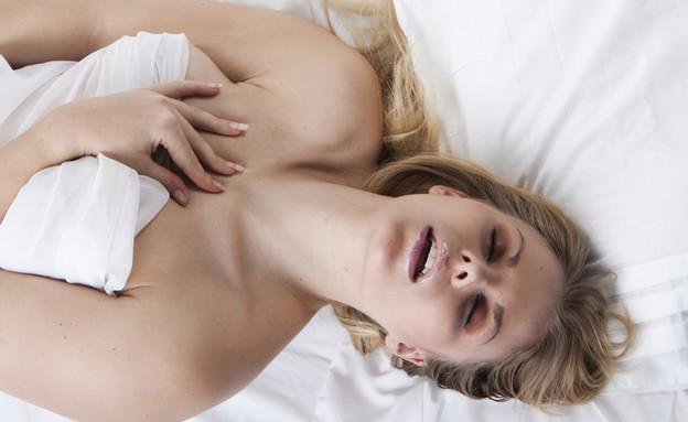 גונחת במיטה (צילום: Shutterstock)