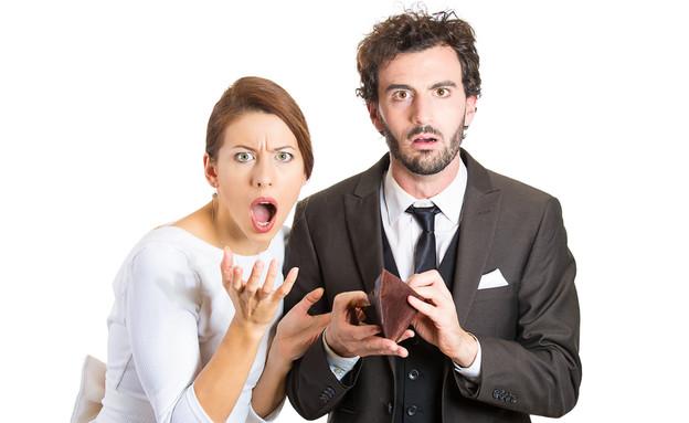 זוג צעיר מחזיק ארנק ריק (אילוסטרציה: Shutterstock)