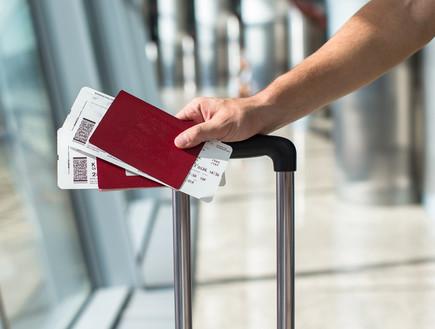 דרכון וכרטיס טיסה