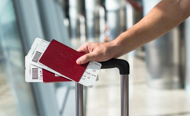 דרכון וכרטיס טיסה (צילום: TravnikovStudio, Sutterstock)