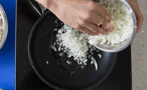 מצה בריי רגילה - טיגון הבצל (צילום: דרור עינב, אוכל טוב)