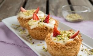 סלסילות קדאיף עם מעדן פרי, קרם וניל ותותים (צילום: דרור עינב, אוכל טוב)