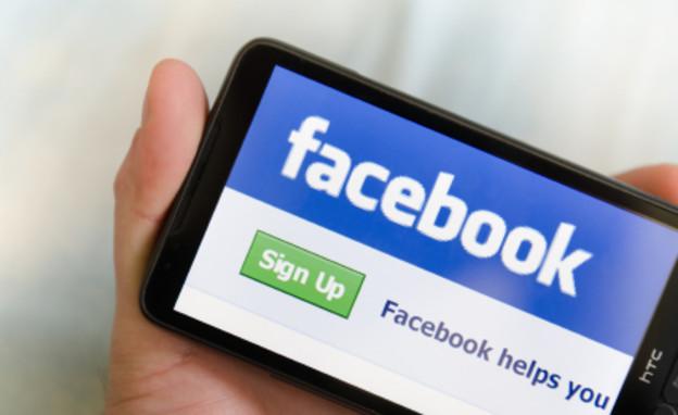 פייסבוק בטלפון סלולרי (צילום: franckreporter, Istock)