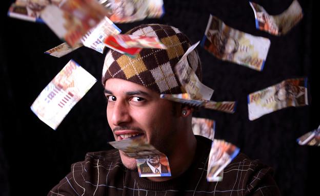 גבר זורק כסף באוויר (אילוסטרציה: Shutterstock)